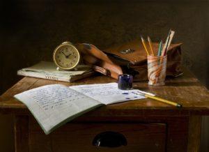 bureau avec cahier et crayon